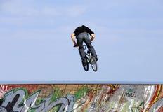 Salte con una bici de montaña Fotografía de archivo libre de regalías