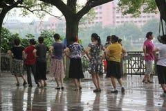 Salte a dança quadrada para as pessoas idosas em GUILIN, CHINA, ÁSIA Fotos de Stock Royalty Free