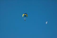 Salte de paraquedas no céu azul do fundo e na lua Fotografia de Stock