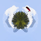 Salte de paraquedas sobre um ` Ossau de Midi d na manhã atrás dos pinheiros, imagens de stock