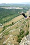 Salte de un acantilado con una cuerda Imagen de archivo libre de regalías