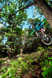 Salte e voe em um Mountain bike Foto de Stock