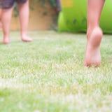 Salte en la hierba para la felicidad Imagen de archivo