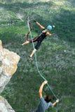 Salte fora de um penhasco com uma corda Menina entusiasmado Fotos de Stock Royalty Free