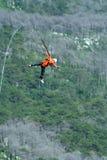 Salte fora de um penhasco com uma corda Menina entusiasmado Fotografia de Stock Royalty Free