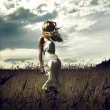 Salte a las mujeres en campo de trigo Foto de archivo libre de regalías