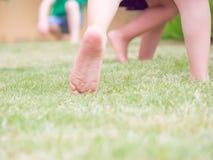 Salte na grama para a felicidade Fotografia de Stock Royalty Free