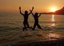Salte no por do sol do mar Foto de Stock Royalty Free