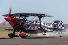 Salte Stewart que voa seu PROMETHEUS altamente alterado do biplano de Pitts S-2S com Melissa Pemberton que voa uma borda 540 imagens de stock