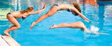 Salte a una piscina Imagen de archivo