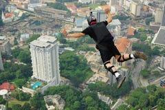 Salte y libere en el cielo imagen de archivo libre de regalías
