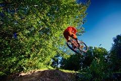 Salte y vuele en una bici de montaña Fotografía de archivo