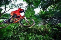 Salte y vuele en una bici de montaña Fotos de archivo libres de regalías
