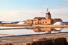 Saltern do Marsala com um moinho de vento Imagem de Stock Royalty Free