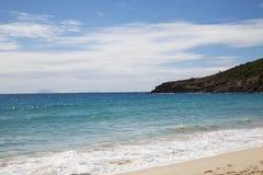 Salthaltig strand på St. Barths, franska västra Indies med sikten på öarna av St. Eustatius och Saba arkivfoton