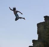 Salti in acqua da una roccia. fotografia stock libera da diritti