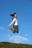 salti all'aperto la donna Fotografia Stock