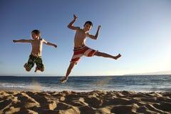 Salti alla spiaggia Immagini Stock Libere da Diritti