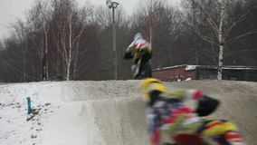 Salti in alto di motocross di inverno video d archivio