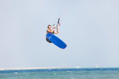 Salti di Kiteboarder Immagine Stock