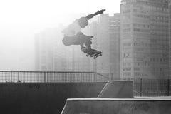 Salti di pratica del skateboarder Immagini Stock Libere da Diritti