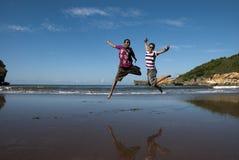 Salti il divertimento alla spiaggia Immagini Stock