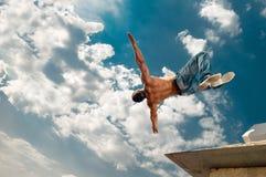 Salti l'uomo sotto il cielo Fotografia Stock Libera da Diritti