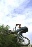 Salti l'uomo su una bicicletta Fotografia Stock