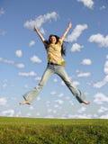 Salti la ragazza con capelli sul cielo 2 immagine stock libera da diritti