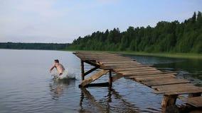 Salti nel lago video d archivio