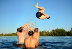 Salti nell'acqua Immagini Stock