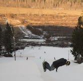 Salti su uno snowboard Fotografie Stock Libere da Diritti