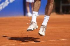 Salti sul tennis di servire Immagini Stock