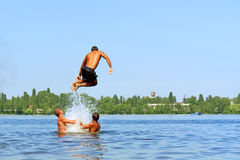 Salti teenager in acqua Fotografia Stock