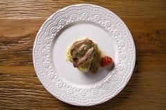 Saltimbocca cielęciny w bogatym Neapolitan kumberlandzie i tagliatelle makaronie Fotografia Stock