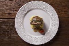 Saltimbocca cielęciny w bogatym Neapolitan kumberlandzie i tagliatelle makaronie Zdjęcie Stock