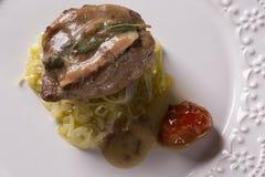 Saltimbocca cielęciny w bogatym Neapolitan kumberlandzie i tagliatelle makaronie Zdjęcia Stock