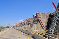 Salto,乌拉圭, 2018年1月06日:与氢结合的电电能源厂,里约乌拉圭Embalse萨尔托格兰德, Salto 免版税库存图片