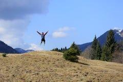 Salto acima na frente das montanhas Fotografia de Stock Royalty Free