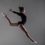 Salto acrobático Imagen de archivo libre de regalías
