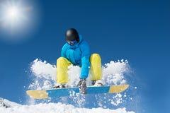 Salto activo del snowboarder foto de archivo