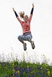 Salto adolescente atractivo al aire libre Foto de archivo
