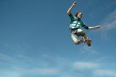 Salto adolescente del muchacho Foto de archivo