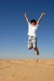 Salto adolescente en el desierto Foto de archivo libre de regalías