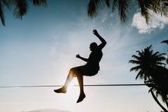 Salto adolescente en slackline Imagen de archivo libre de regalías