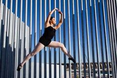 Salto agraciado de un bailarín clásico Imágenes de archivo libres de regalías