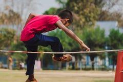 Salto in alto degli esami della presa del grado 3 degli studenti di Elemantary fotografia stock libera da diritti