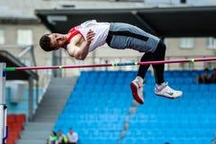 Salto in alto dell'atleta degli uomini Fotografie Stock