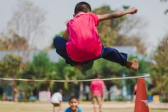 Salto alto dos exames da tomada da categoria 3 dos estudantes de Elemantary foto de stock royalty free