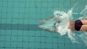 Salto apto del hombre en la piscina metrajes